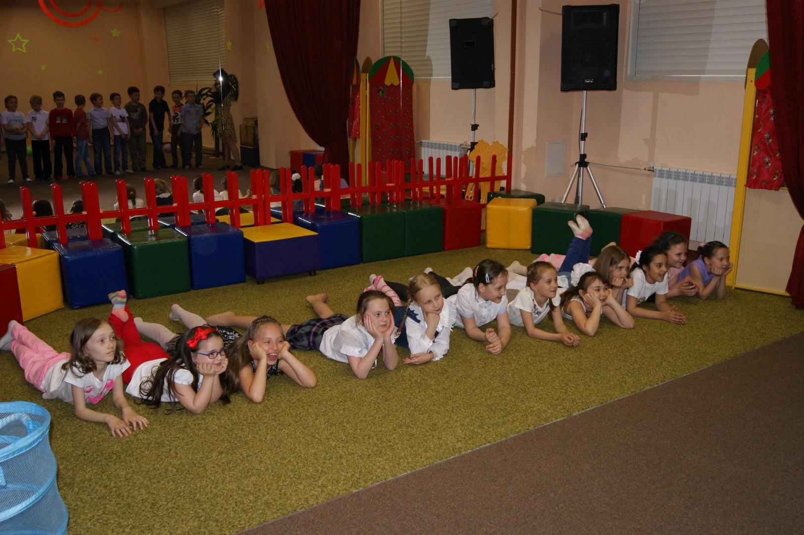 Занятия с детьми в детском центре