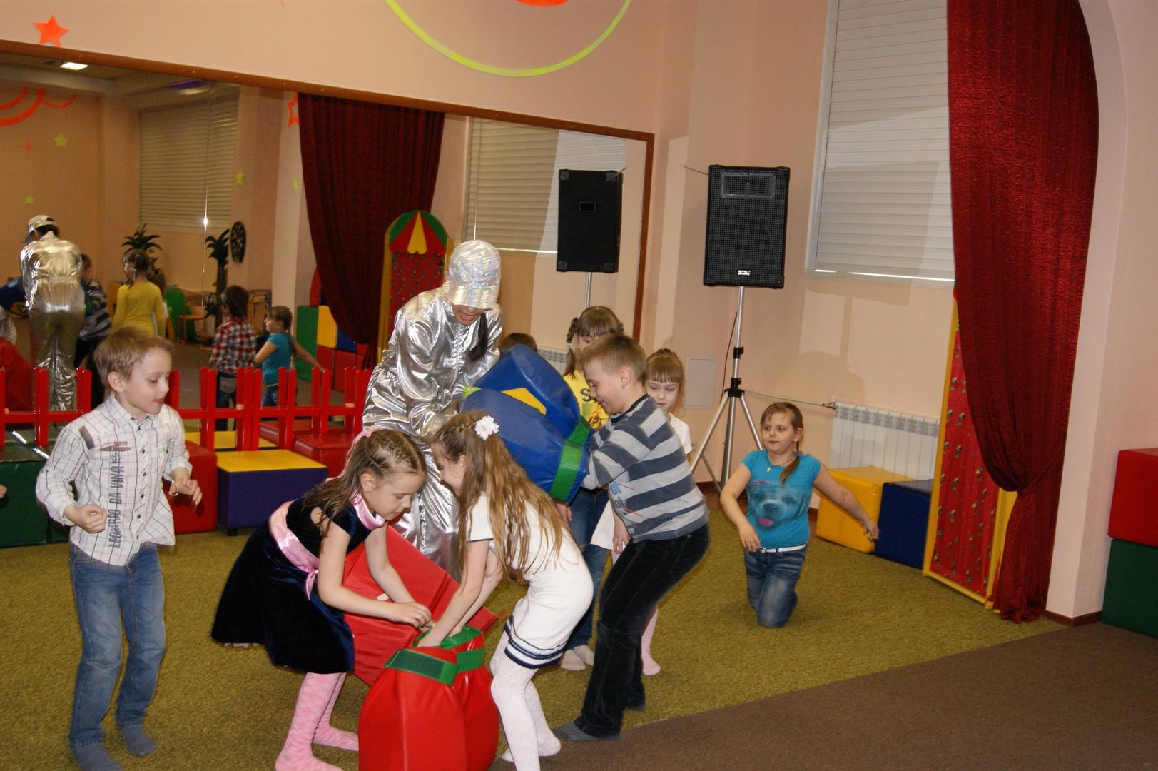 Работа с детьми в детском центре